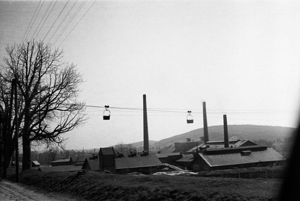 Na fotografiach widać kolejkę linową zMiękini wokolicy torów kolejowych wKrzeszowicach (lata 30 XX w.)