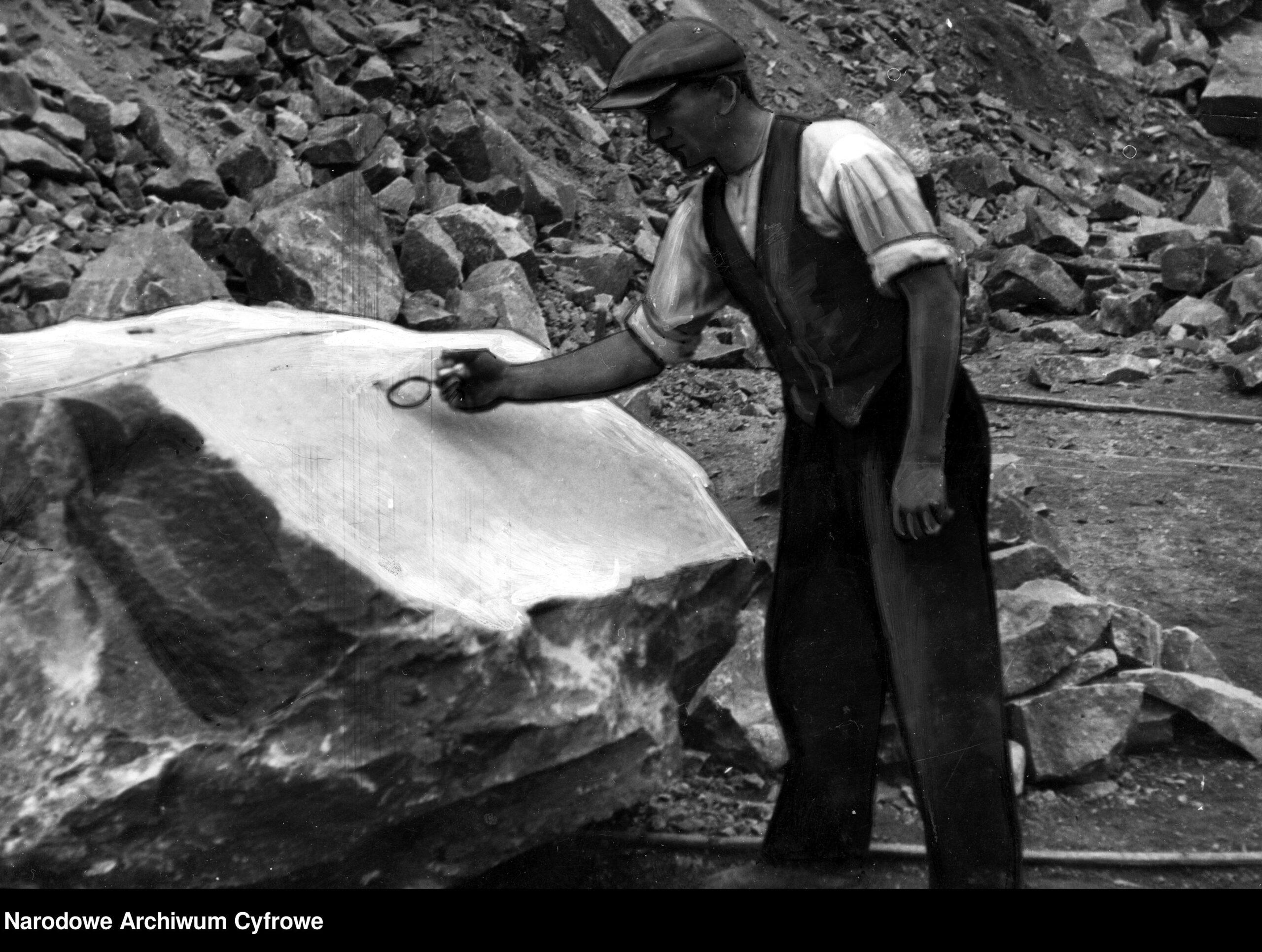pracownik kamieniołomu podpala lont nakamieniu skalnym 1937